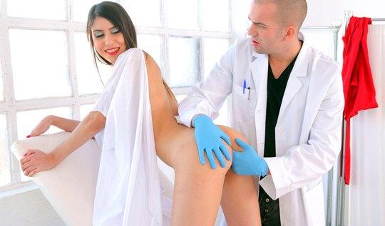 Доктор трахнул великолепную девушку в кабинете