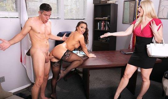 Секретарша сосет член и устраивает жесткий трах на столе с брутальным шефом