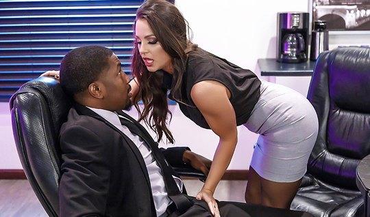 Развратная секретарша захотела черный член негра