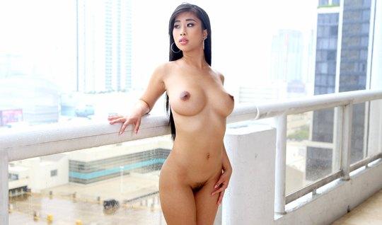 Шикарная азиатка любит нежный секс после массажа
