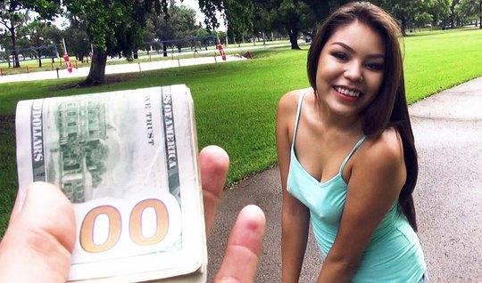 Милая сучка быстро раздвинула ноги за деньги