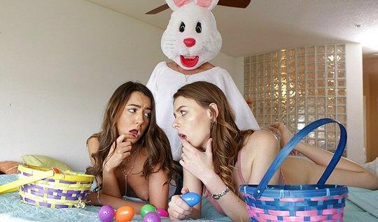 Парень в костюме зайца трахнул молодых подружек
