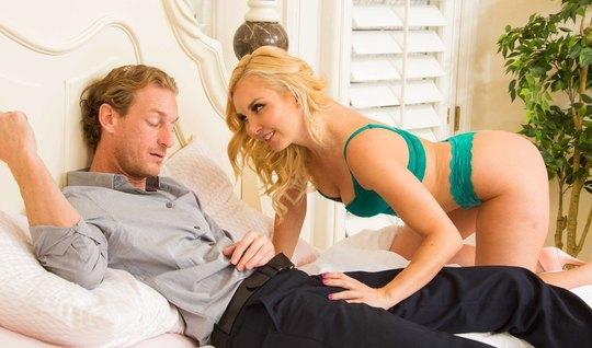 Озабоченная блондинка пришла трахаться в спальню к другу отца