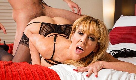 Шикарная блондинка в чулках трахается с любовником