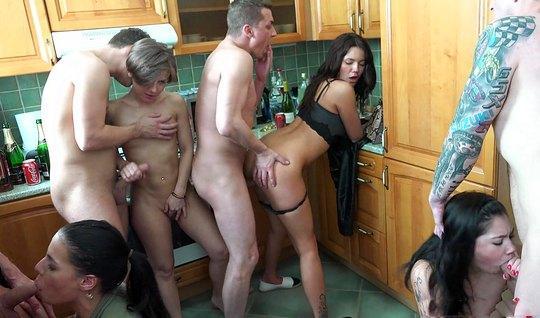Мужики устроили на кухне домашнюю оргию со шлюхами