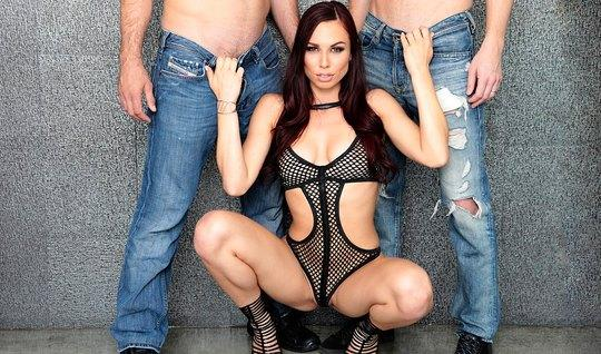 Сексуальная брюнетка попросила парней трахнуть её в обе дырки