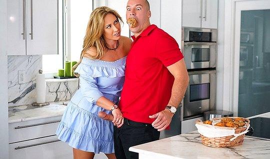 Толстушка с большими сиськами трахнулась с другом мужа