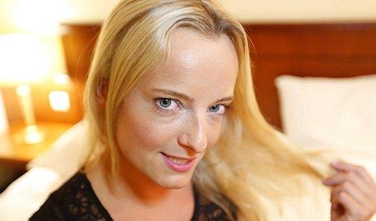 Пьяная блондинка захотела секса со своим другом