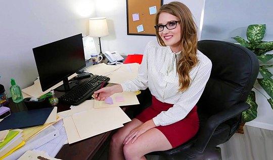 Парень с утра трахнул молодую секретаршу в офисе