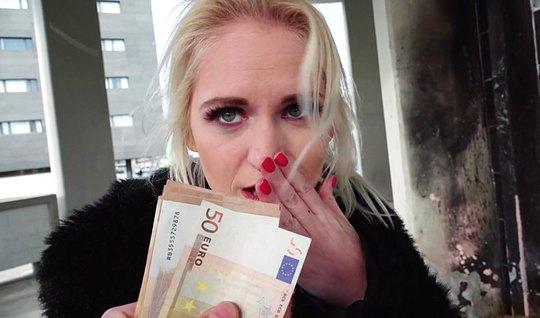 Блондинка за деньги сразу дала себя трахнуть незнакомцу