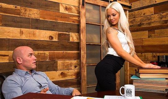 Сочная блондинка удовлетворила потребности своего босса