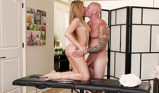 Лысый мужик после массажа трахнул сексуальную клиентку