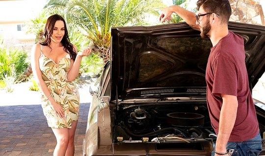 Паренёк починил даме машину и трахнул её у себя дома