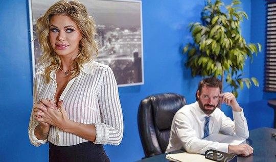 Мужик трахнул грудастую секретаршу в офисе Brazzers