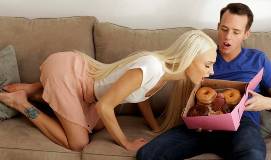 Молодая блондинка вместе с пончиками захотела член паренька