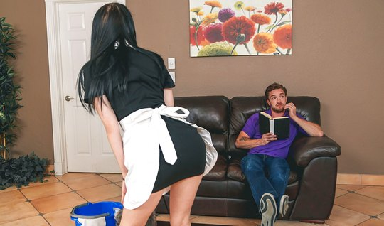 Горничная решила отсосать парню и страстно трахнуться после приборки