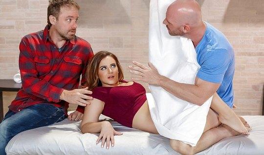 Муж разрешил жене трахнуться с бритоголовым массажистом без гандона
