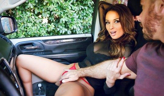 Сексуальная брюнетка трахнулась с незнакомцем в машине