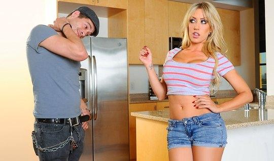 Сисястая блондинка показала парню большие сиськи и отдалась ему на кухне