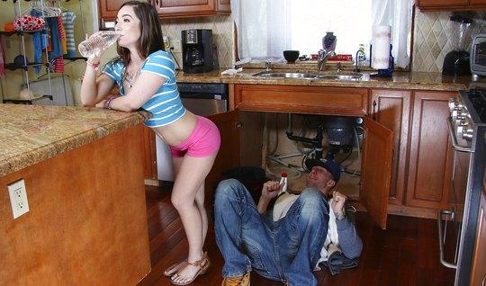 Молодая брюнетка трахается без гандона на полу кухни с сантехником