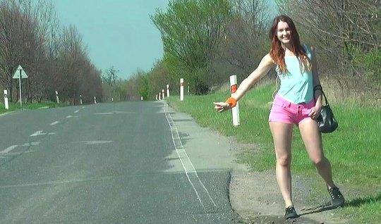 Парень снял на трассе рыжую проститутку и выебал ее на обочине дороги