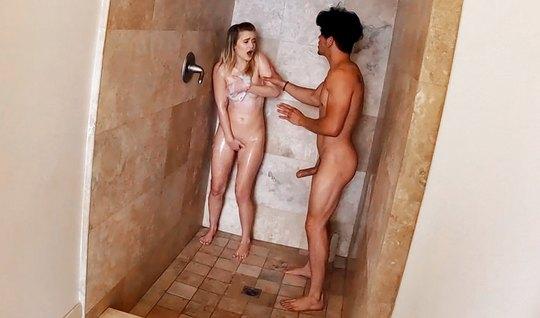 Сделав минет в ванной, молодая сучка насадилась на член друга