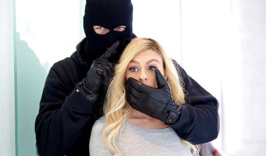 Мускулистый качок в маске и отодрал худую блондинку в кремовую пилотку