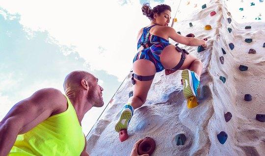 Лысый спортсмен поимел жопастую брюнетку на скалодроме крупным планом
