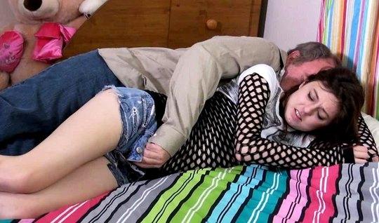 Зрелый мужик поимел спящую красотку и спермой залил ее влажную дырку
