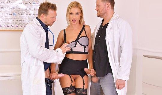 Два врача трахают красивую блондинку в чулках в необычных позах