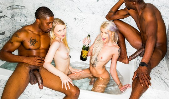 Два мускулистых негра трахают пьяных блондинкой во влажные промежности