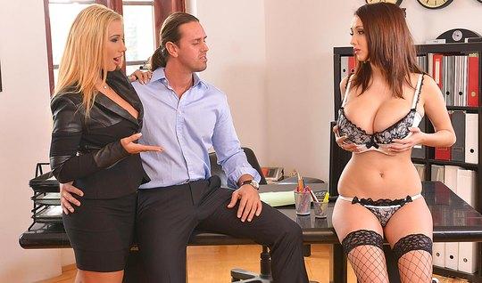 Две телки с большими сиськами трахаются с деловым мужиком на офисном столе