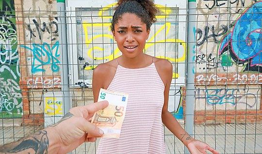 Раскрепощенная мулатка за деньги трахается с пикапером в парке