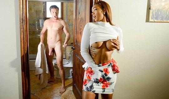 Мулатка в короткой юбке отдалась мускулистому парню в номере отеля