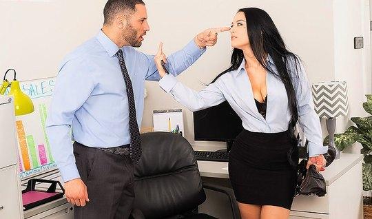 Деловая брюнетка в офисе стала перед боссом раком и удовлетворила его