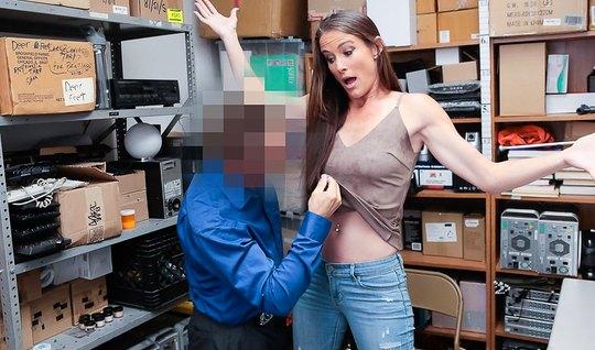 Деловой мужик в костюме трахает худую незнакомку на офисном столе