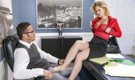 Порнуха босса и секретарши в офисе, дрочит девушка парню член