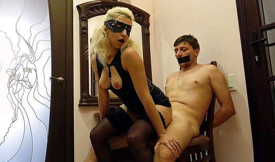 Блондинка в латексе доминирует над непослушным парнем дома