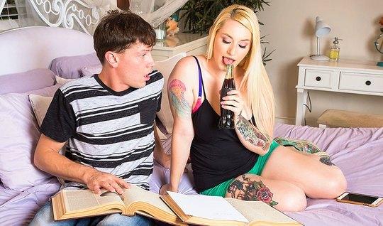 Смазливая блонда соблазняет неопытного парня для секса в пилотку