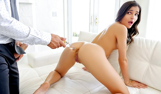 Мужчина в деловом костюме развел на анал красивую девушку на диване