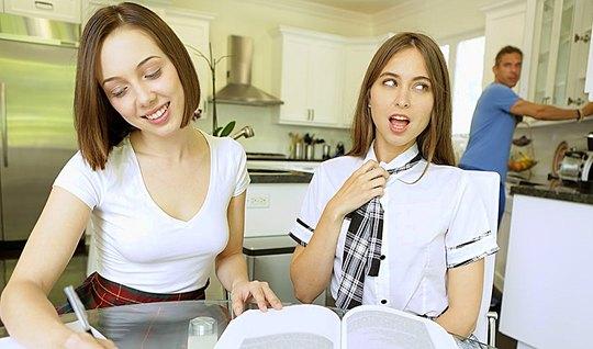 Трахарь дерет привлекательную студентку в очень короткой юбке
