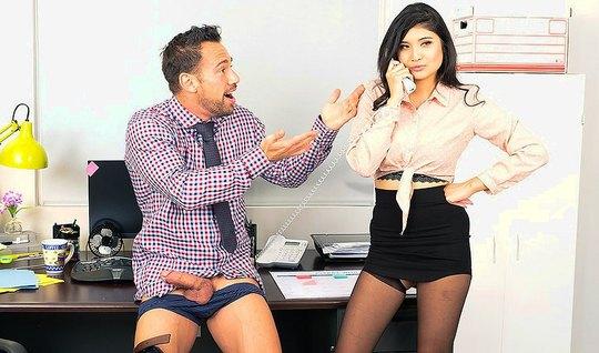 Красивая азиатка трахается с боссом на офисном столе и громко стонет