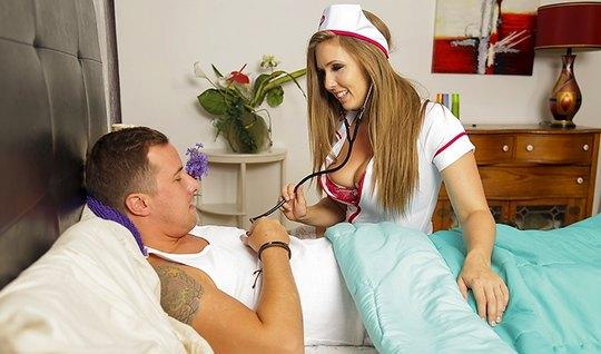 Брюнетка в униформе медсестры трахается со своим любовником на постели