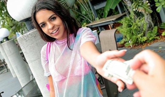 Девушка за деньги показала сиськи и делала незнакомцу глубокий отсос