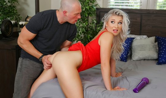 Блондинка подставляет выбритую киску для секса с лысым ухажером