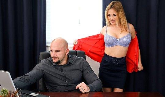 Лысый начальник у себя в офисе трахает сексуальную блондинку