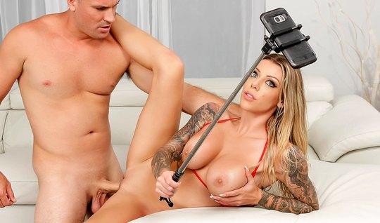 Накачанный красавец нежно трахает сзади  татуированную блондинку