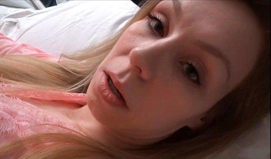 Развратная блондинка трахается с неизвестным мужчиной перед камерой