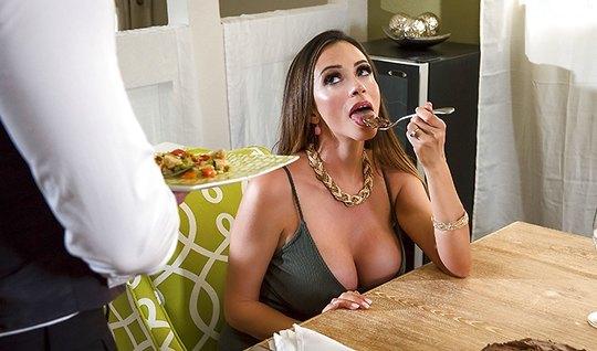 Наемный официант обслужил сексуальную мамку и ее эротические желания
