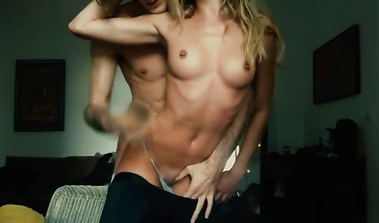 Раскрепощенный парень со своей подругой снимает домашний секс на камеру